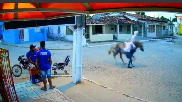 Hombres roban a caballo en el nororiente de Brasil