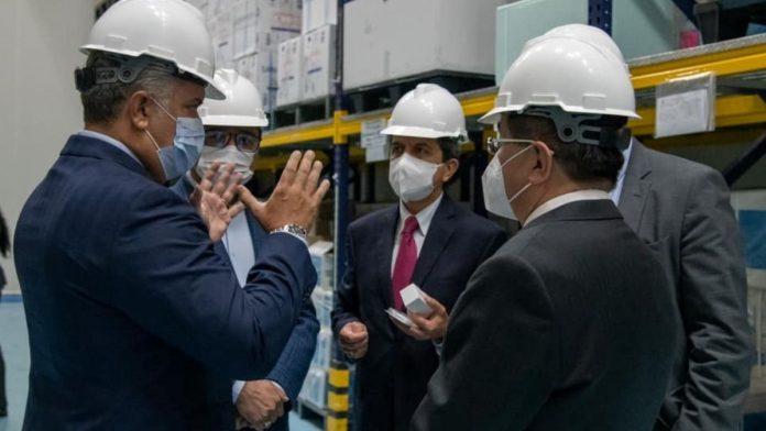 Iván Duque visitando los ultracongeladores de almacenamientos de las vacunas contra la covid-19