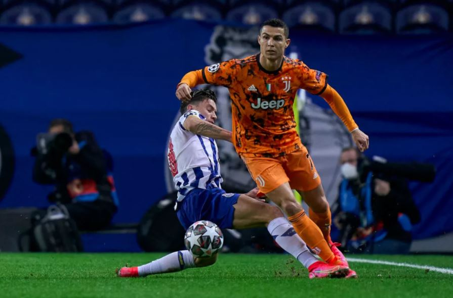 Mateus Uribe le pega a Cristiano Ronaldo