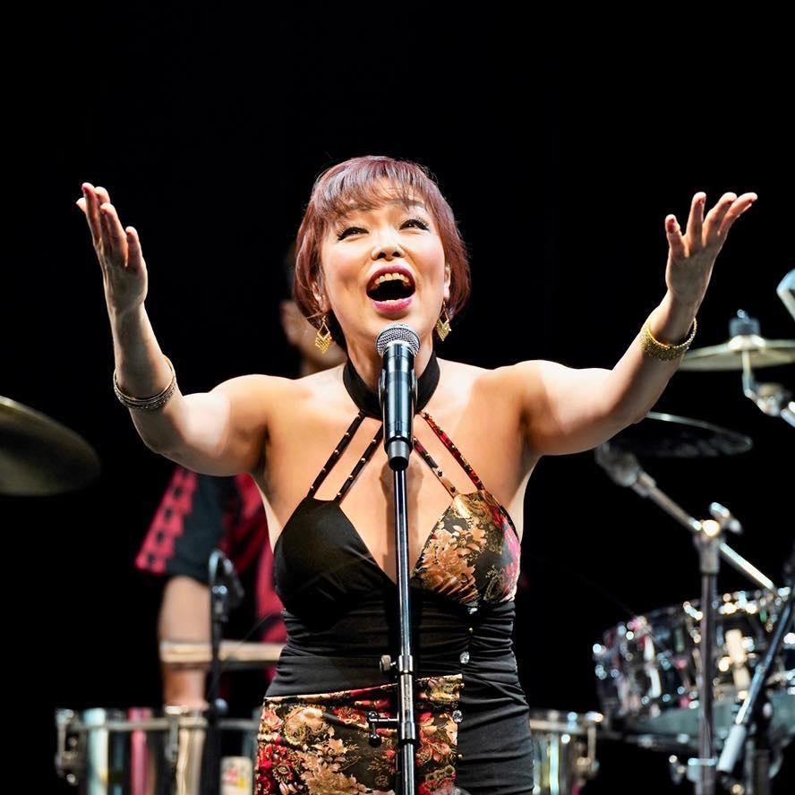 Nora Suzuki, vocalista de la Orquesta de la luz.
