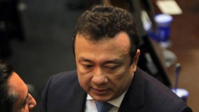 el senador detenido Eduardo Pulgar, renuncia al Senado para que su caso pase a la Fiscalía General