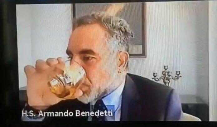 Armando Benedetti tomando Whisky