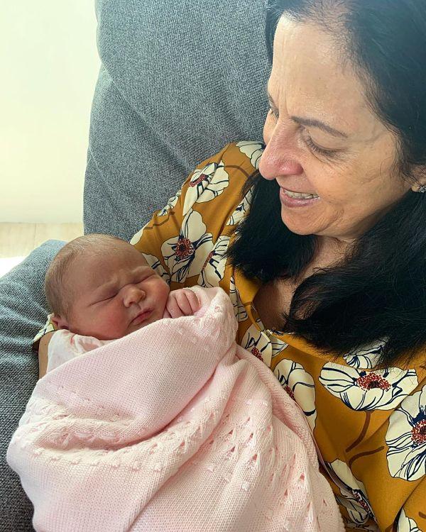 La abuela Clara Cabello con su nieta Ella
