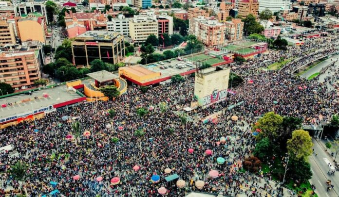 Así pasó toda la tarde y noche en el monumento a los Héroes en Bogotá el 15 de mayo