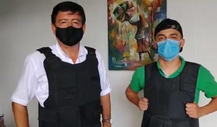 José Alberto Tejada y Jonatan Buitrago recibieron equipos de protección para que sigan reportando sobre la situación en Cali