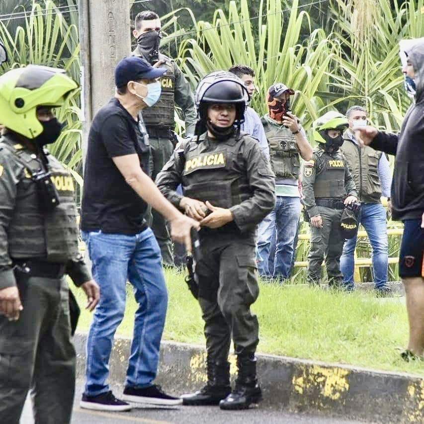 El 28 de mayo, el paramilitar urbano Diego Quiroz disparó contra los manifestantes en Cali.