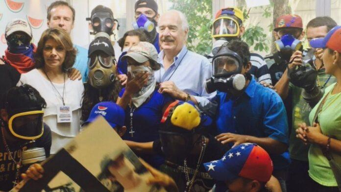 La polémica foto de Pastrana en Venezuela