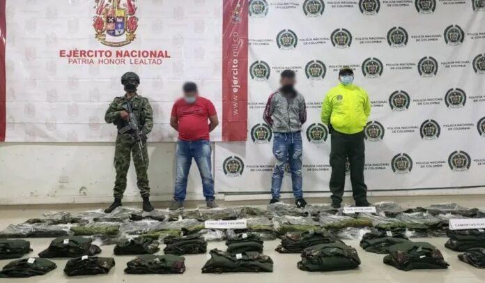 Miembros del Clan del Golfo con uniformes del Ejército colombiano