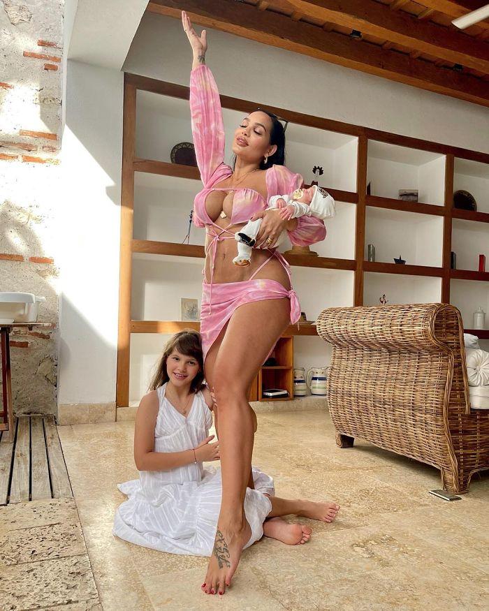 Andrea Valdiri y sus dos hijas.