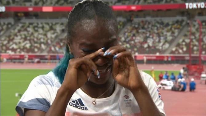 Dina Asher-Smith rompió a llorar en vivo en la BBC cuando reveló su problema de lesión en el tendón de la corva.Crédito: BBC