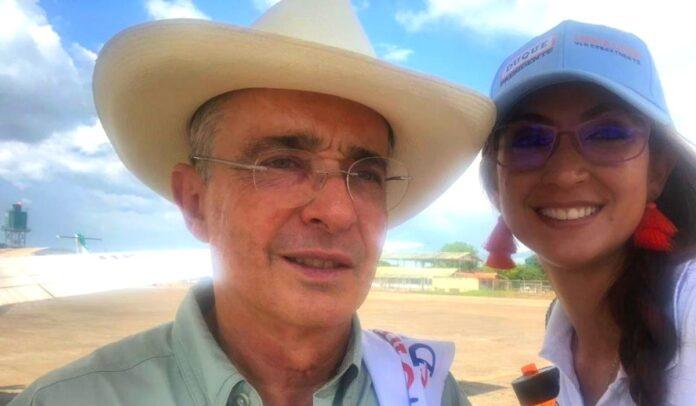 Jennifer Arias y Álvaro Uribe transportándose en las aeronaves del narcotráfico