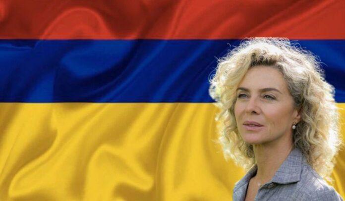 Margarita Rosa apoya la bandera al revés