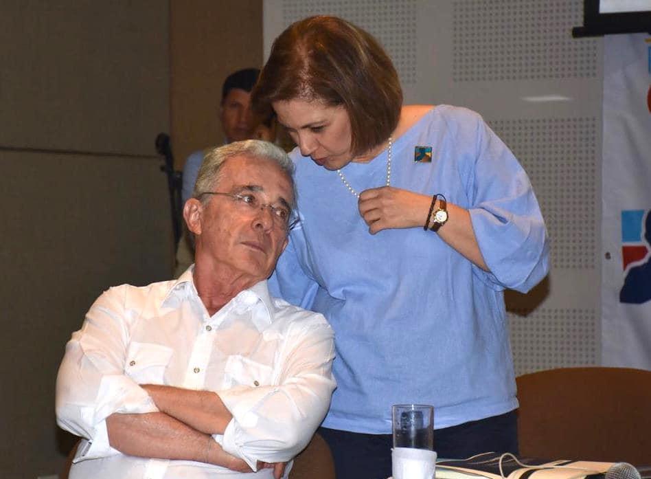 María del Rosario Guerra le habla al oído al expresidente Álvaro Uribe