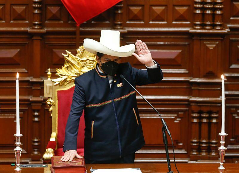 Pedro Castillo se posesionó como nuevo presidente de Perú