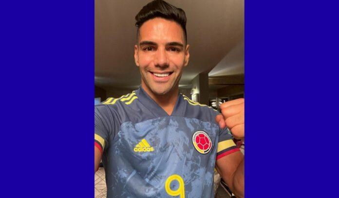 Radamel Falcao con la camiseta de la Selección enviando buenos deseos