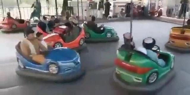 Los combatientes talibanes se divirtieron en autos chocadores después de tomar el control de un parque temático en KabulCrédito: Twitter
