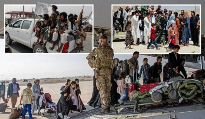 Los talibanes han estado impidiendo que los afganos accedan a las terminales del aeropuerto.Crédito EPA