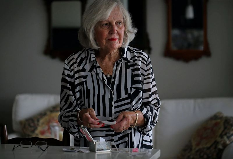 Diane Hunt tiene una caja de monedas de un centavo que ha encontrado a lo largo de los años, en lugares extraños, que siente que son señales de su hijo, Bill Hunt, que murió en los ataques terroristas del 11 de septiembre de 2001.Foto: Boston G.