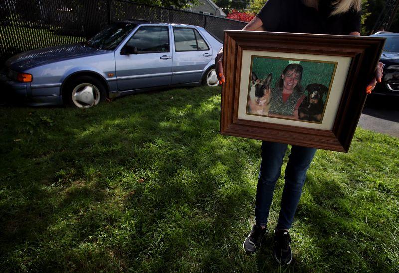 Linda LeBlanc mostró una foto de su hermana Janis Lasden frente al SAAB de 1995 de Lasden en el camino de entrada de LeBlanc en Peabody.Foto: Boston G.