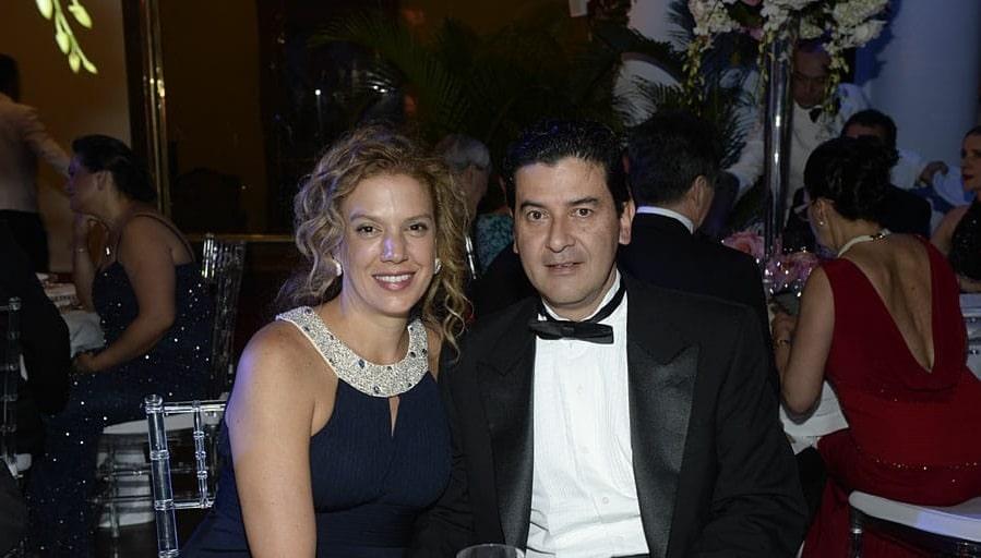 Nestor Morales, a su lado, su esposa, Maria Paula Duque Samper. Créditos: revista Gente.
