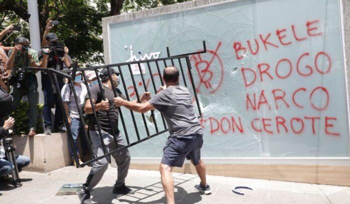 Quebraron los vidrios del cajero Chivo, en la Plaza Gerardo Barrios en San Salvador. Foto DES